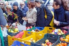 Mercado del local de la fruta de la venta Imagen de archivo