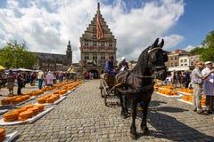 Mercado del queso de Holanda en Gouda Imagen de archivo libre de regalías