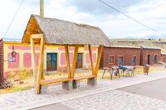 Mercado del recuerdo cerca de torres en Sillustani, Perú, Suramérica. Tienda de la calle con la manta colorida, bufanda, paño, pon Foto de archivo libre de regalías