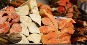 Mercado del ` s del granjero - rojo de los pescados del surtido y blanco salada y ahumados Foto de archivo libre de regalías