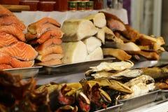Mercado del ` s del granjero - rojo de los pescados del surtido y blanco salada y ahumados Fotografía de archivo libre de regalías