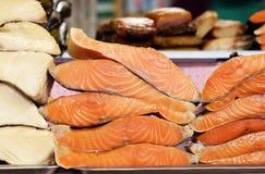 Mercado del ` s del granjero - rojo de los pescados del surtido y blanco salada y ahumados Imágenes de archivo libres de regalías