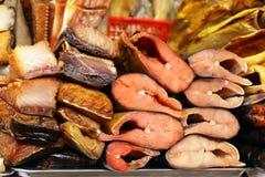 Mercado del ` s del granjero - rojo de los pescados del surtido y blanco salada y ahumados Fotos de archivo libres de regalías
