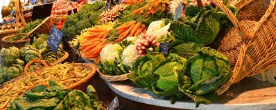 Mercado del ` s del granjero con las verduras y las frutas en Ruán, Francia imagenes de archivo