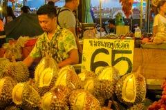 Mercado do alimento da noite em Tailândia, durian asiático tradicional da venda do mercado Fotografia de Stock Royalty Free