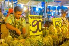 Mercado do alimento da noite em Tailândia, durian asiático tradicional da venda do mercado Fotos de Stock