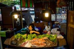 Mercado do alimento da noite em Tailândia, marisco asiático tradicional da venda do mercado Fotos de Stock Royalty Free