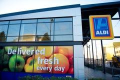 Mercado do alimento de Aldi dentro Ashton-sob-Lyne, Manchester, Reino Unido Imagem de Stock Royalty Free