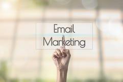 Mercado do email do fraseio da pressão de mão do homem de negócios foto de stock