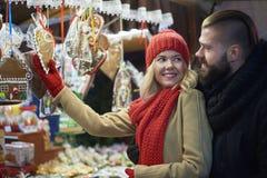 Mercado do Natal com pessoa loving Foto de Stock Royalty Free