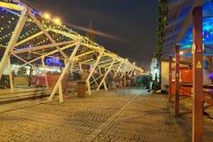 Mercado do Natal da noite Lugar favorito para o resto e entretenimento para locals e turistas fotos de stock royalty free