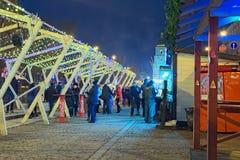 Mercado do Natal da noite Lugar favorito para o resto e entretenimento para locals e turistas imagens de stock