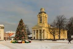 Mercado do Natal e árvore do inverno no centro de Ventspils, na estação do inverno Fotos de Stock