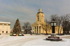 Mercado do Natal e árvore do inverno no centro de Ventspils, na estação do inverno Imagem de Stock