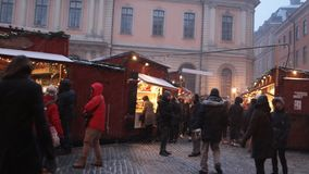 Mercado do Natal em Éstocolmo, Suécia video estoque