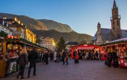 Mercado do Natal em Bolzano com luzes e decorações Fotografia de Stock Royalty Free