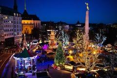Mercado do Natal inverno justo com árvore e luzes imagens de stock