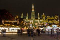 Mercado do Natal na câmara municipal em Viena fotos de stock