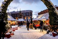 Mercado do Natal no quadrado da abóbada na cidade velha de Riga, Letónia Fotos de Stock Royalty Free