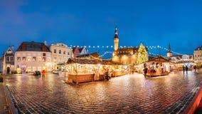 Mercado do Natal no quadrado da câmara municipal em Tallinn, Estônia Árvore de Natal Imagem de Stock Royalty Free