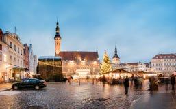 Mercado do Natal no quadrado da câmara municipal em Tallinn, Estônia Árvore de Natal Fotos de Stock