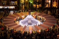 Mercado do Natal no quadrado principal no crepúsculo, Eslováquia de Bratislava imagem de stock