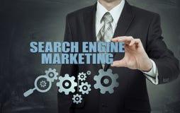 Mercado do Search Engine - conceito de SEM O homem de negócios ou o programador são focalizados para melhorar SEM e o tráfego da  Foto de Stock