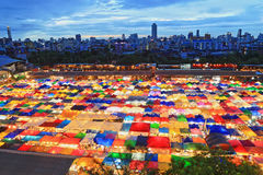 Mercado do trem de noite de Ratchada em Banguecoque, Tailândia Imagem de Stock Royalty Free