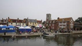 Mercado Dorset de Wareham con la gente y las paradas situadas en la cacerola del río metrajes