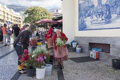 Mercado dos Lavradores rynek Funchal, madera,/- Kwiecień 22, 2017: Stara kobieta w tradycyjnym odzieży i nakrętki sprzedawaniu kw zdjęcie royalty free
