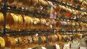 Mercado dourado na noite, UAE de Dubai Souk vídeos de arquivo