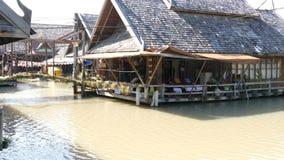 Mercado e casa de flutuação de Pattaya que está no mercado de flutuação de Pattaya Os povos estão nadando em um barco em um rio m video estoque