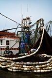 mercado e porto de pesca com o pescador que limpa suas redes imagens de stock royalty free