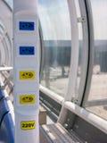 Mercado eléctrico en el aeropuerto brasileño - 110V 220V - aeropuerto del dumont de Santos Imagen de archivo