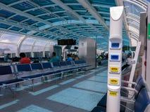 Mercado eléctrico en el aeropuerto brasileño - 110V 220V - aeropuerto del dumont de Santos Fotos de archivo