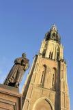 Mercado em Delft com a estátua velha de Hugo de Groot fotos de stock royalty free