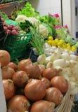 Mercado em Torrevieja, Espanha, com cebola, alho, rabanete, cogumelos, limões, couves-flor, e lettuse para a venda Foto de Stock