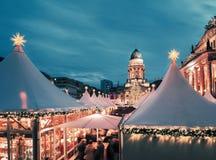 Mercado en Berlín, imagen entonada, espacio de la Navidad del texto Imágenes de archivo libres de regalías