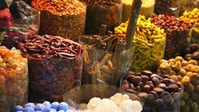 Mercado en la noche, UAE de Souk de la especia de Dubai metrajes