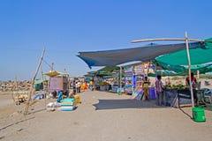 Mercado en la playa de Somnath, Gujarat Imagen de archivo