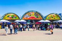 Mercado entrando dos povos na cidade no dia de verão imagem de stock royalty free
