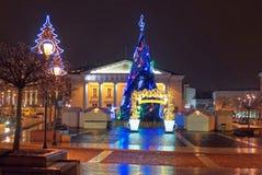 Mercado europeo tradicional de la Navidad con el Chris iluminado Fotos de archivo libres de regalías