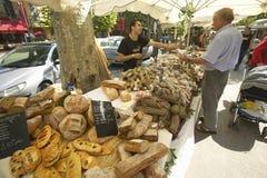 Mercado exterior, vendedor do pão em Aix en Provence, França Foto de Stock