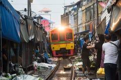 Mercado ferroviario de Maeklong, Tailandia fotografía de archivo
