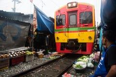 Mercado ferroviario de Maeklong, Tailandia imagen de archivo
