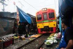 Mercado ferroviario de Maeklong, Tailandia imagen de archivo libre de regalías