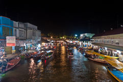 Mercado flotante cerca de Bangkok en la noche fotografía de archivo