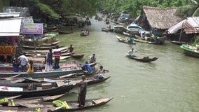 Mercado flotante de la guayaba en Pirojpur, Bangladesh almacen de metraje de vídeo