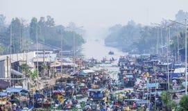 Mercado flotante de Nga Nam de la descripción por la mañana Fotos de archivo libres de regalías