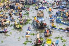 Mercado flotante de Nga Nam por la mañana Imagen de archivo libre de regalías